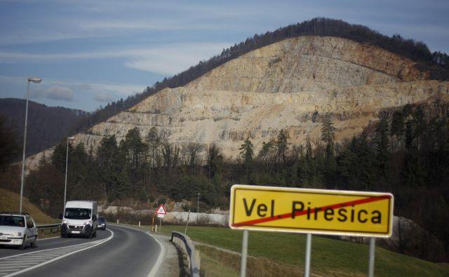 Sklad kmetijskih zemljišč in gozdov je dobil novo priložnost, da dokaže, da je dobra polovica območja kamnoloma v Veliki Pirešici njegova. FOTO: Leon Vidic/Delo
