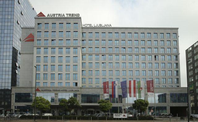 Stavba hotela Austria Trend se prodaja, blagovna znamka pa ne. FOTO: Jože Suhadolnik