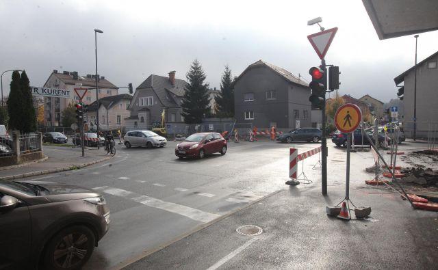 Zavijanje z Drenikove ulice levo na Verovškovo ni dovoljeno. FOTO Mavric Pivk/Delo