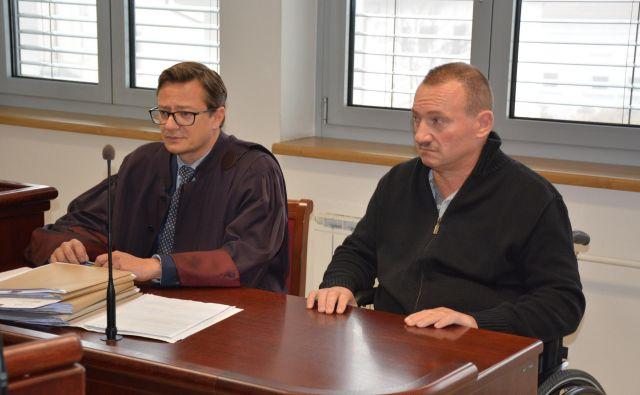 Odvetnik Tomaž Toldi na sodišču zastopa invalidsko upokojenega policista Štefana Bukviča. FOTO: Oste Bakal