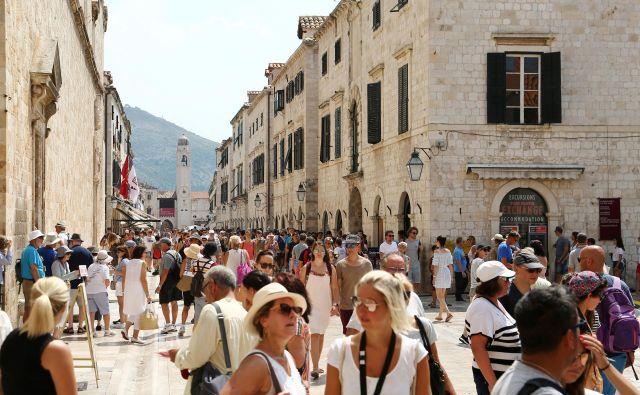 Med turisti, ki obiskujejo Hrvaško, je iz leta v leto več Kitajcev. Na fotografiji je prizor iz Dubrovnika. FOTO: Reuters