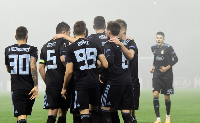 Petar Stojanović (levo) je Dinamu pomagal do pomembne zmage. FOTO: AFP