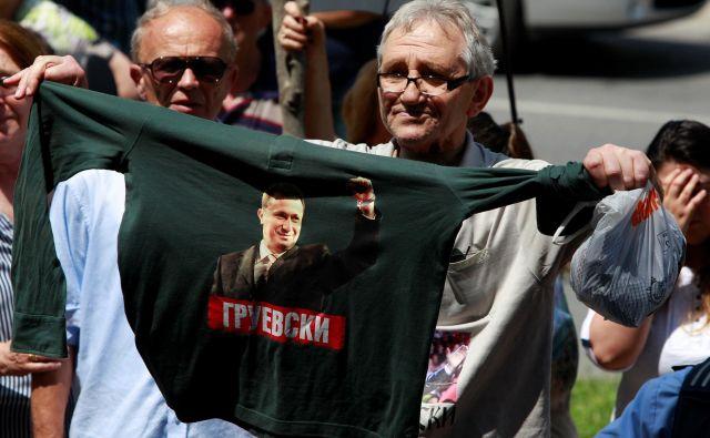 Protest v podporo Nikoli Gruevskemu pred poslopjem skopskega sodišča. FOTO: Ognen Teofilovski/Reuters