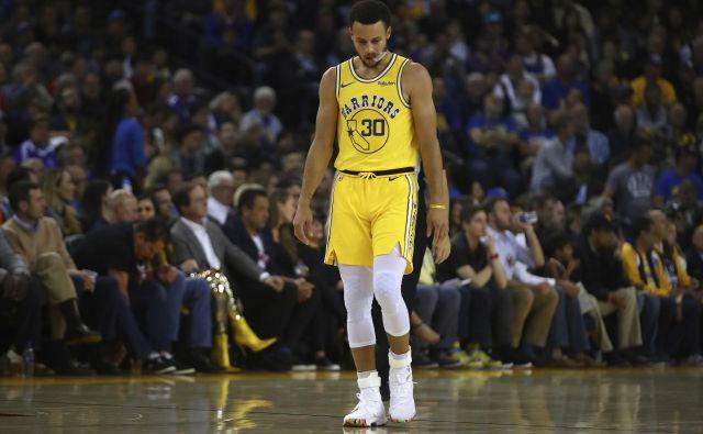 Steph Curry je sredi tretje četrtine zapustil igrišče s poškodbo. FOTO: AP