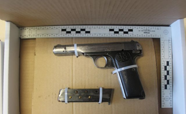 Policisti so zasegli dve pištoli z več naboji. FOTO: PU Koper