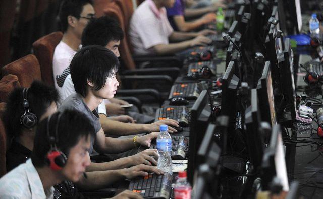 Nobena redkost ni, da Kitajci na delovnem mestu preživijo več kot polovico svojega življenja. FOTO: Reuters