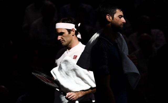 Novak Đoković in Roger Federer sta v soboto s pariškim polfinalom razvajala teniške navdušence, odigrala le eno igro manj od maksimalnega števila, Srb pa je bil na koncu boljši s 7:6, 5:7, 7:6. FOTO: AFP