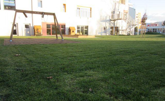 Vrtec na Hudinji po lanski zamenjavi zemlje na igrišču. FOTO Špela Kuralt