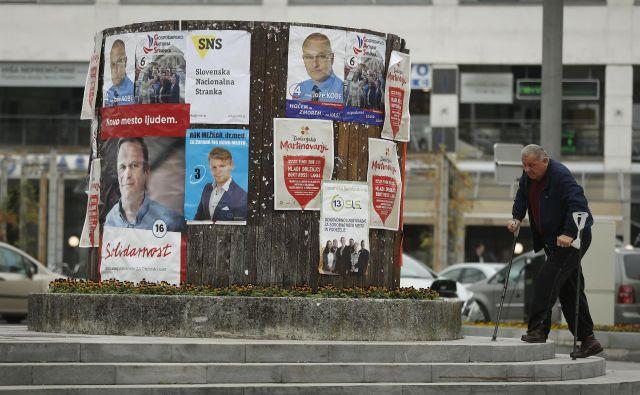 Tradicionalni pristopi županskih kandidatov s fizičnimi stiki in »podkupninami« so še vedno aktualni. FOTO: Leon Vidic/Delo