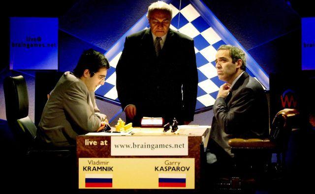 Gari Kasparov (desno) leta 2000 senzacionalno ni dobil niti ene partije proti svojemu nekdanjemu učencu Vladimirju Kramniku. FOTO: Jonathan Evans/Reuters