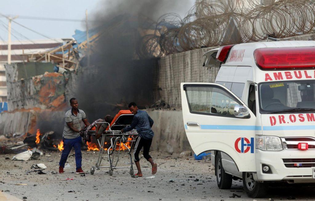V silovitih eksplozijah umrlo najmanj 32 ljudi, tudi šest teroristov