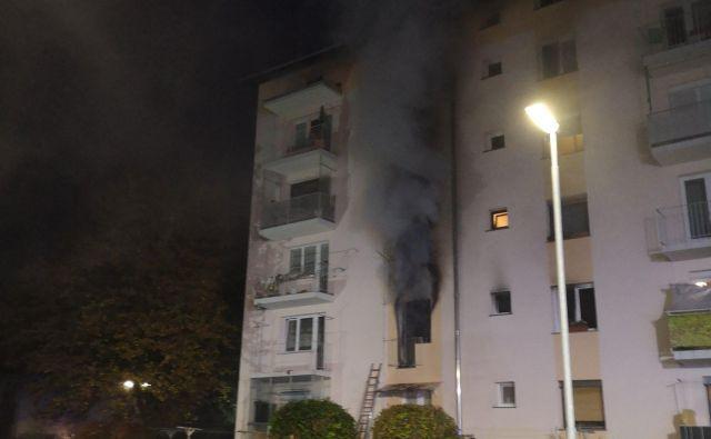 Pogorelo je stanovanje. FOTO: Gasilska enota Škofja Loka
