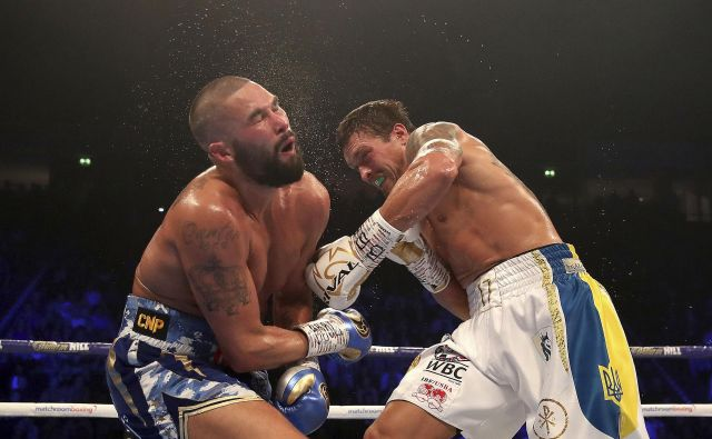 Ukrajinski boksarski as Oleksandr Usik (desno) je včeraj v osmi rundi prisilil k vdaji Britanca Tonyja Bellewa (levo). FOTO: AP