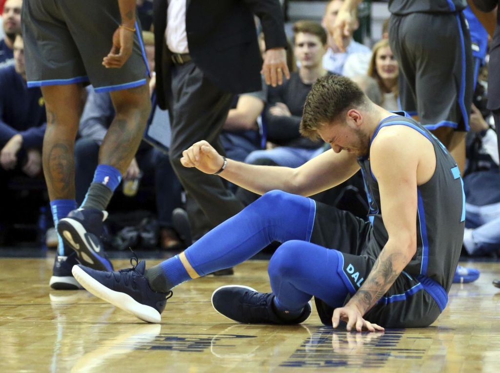 Dončić kljub neprijetnemu udarcu v koleno spet najboljši pri Dallasu, ničla Dragića (VIDEO)