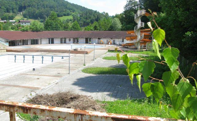 Letni bazen in tobogan samevata in ju bo moral novi lastnik odstraniti. Foto Polona Malovrh