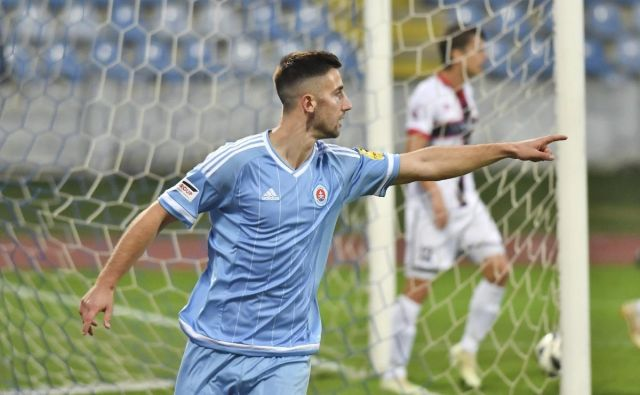 Najprej se je Andraž Šporar veselil gola in podaje, nato je uničeval inventar na štadionu v Nitri. FOTO: Slovan Bratislava