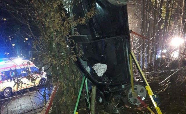 Voznik je bil ukleščen v avtomobilu. FOTO: PGD Dolnji Logatec