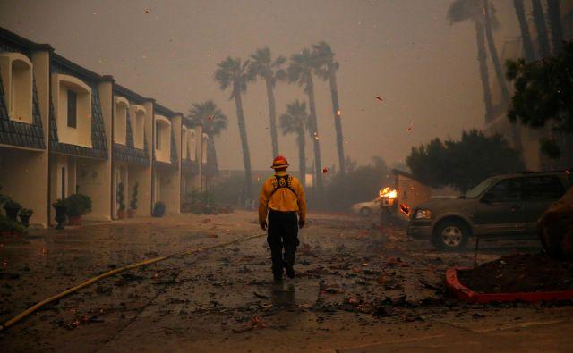 V najbolj smrtonosnih požarih v zgodovini Kalifornije je po doslej umrlo najmanj 31 ljudi, več kot 200 je pogrešanih, četrt milijona je moralo zapustiti domove. FOTO: Reuters/Eric Thayer