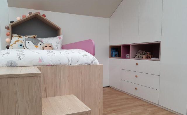 Arhitekta Helena Bernik in Samo Pajk iz IDstudia skupaj z družinskim mizarstvom Urbanija ustvarjajo pohištvo po meri, med katerimi so tudi otroške sobice. Foto: A. Z.
