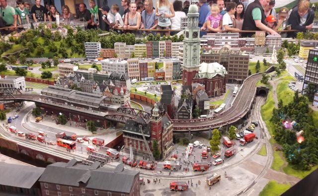 Hamburški svet v malem privabi množice obiskovalcev. FOTO: Alen Steržaj