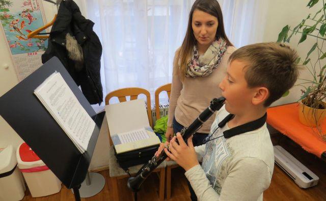Profesorica Ana Anderlič na glasbeni vaji z njenim učencem klarineta.FOTO: Bojan Rajšek/Delo