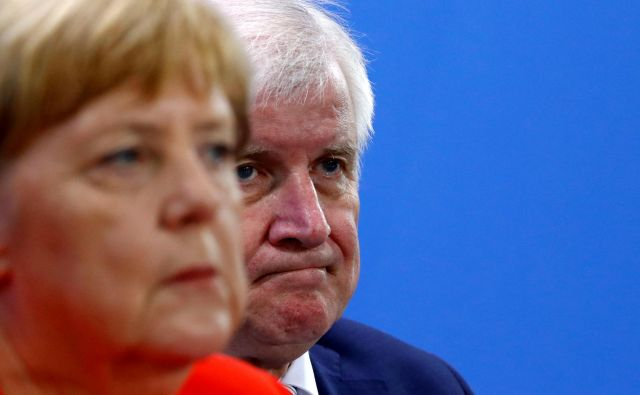 Bavarski politik Horst Seehofer, ki je delal preglavice kanclerki Angeli Merkel, je zdaj napovedal umik iz vodstva svoje konservativne unije. Foto Reuters