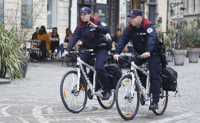 Tudi redarji na kolesih bodo kmalu dobili nove uniforme. MOL je pred devetimi leti v ta namen porabila 340 tisočakov ali okoli sedem tisoč evrov za uniformo. FOTO: Leon Vidic