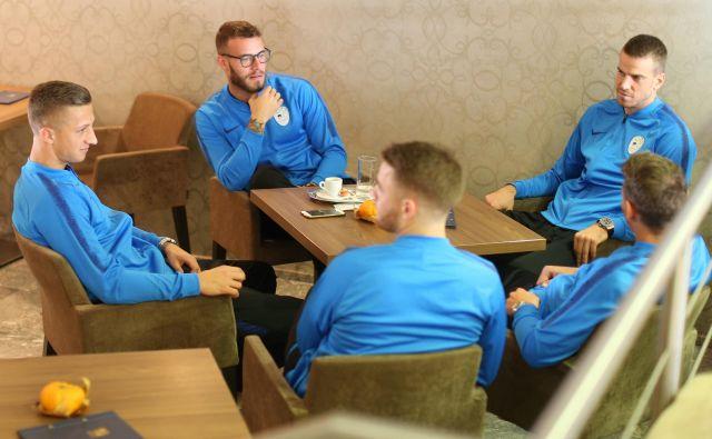 Na Brdu je bilo – kot vselej, pravijo igralci – sproščeno, takole so kramljali v kavarni (z leve) tudi Aljaž Ivačič, Miha Blažič in Domen Črnigoj.