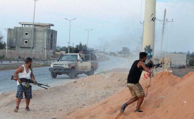 V Tripoliju so poleti izbruhnili spopadi znotraj »zavezniških« milic in enot mednarodno priznane vlade. Foto Reuters