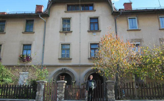 Štefan Plavčak pred hišo v Delavski ulici, ki je tik ob Emo Orodjarni. Čeprav iz proizvodnje prihaja hrup, ga nikakor ne morejo izmeriti.FOTO: Špela Kuralt/Delo