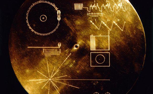 Na naslovnici zlate plošče so slikovna navodila za uporabo in zemljevid 14 pulzarjev, ki kažejo, kje smo. FOTO. Nasa
