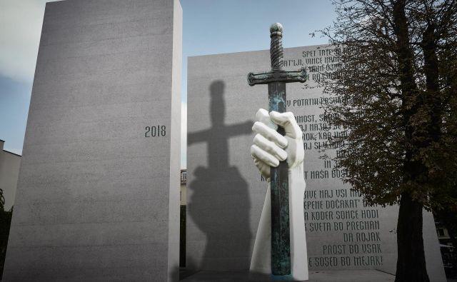 Fotomontaža spomenika žrtvam vseh vojn v Ljubljani s povečano repliko spomenika v Kamniku. FOTOMONTAŽA: Dragan Arrigler, oblikovanje Evita Lukež