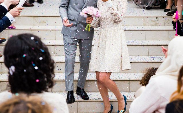 Poroka v Istri terja obsipavanje mladoporočencev z rižem in za poročni spominek – konfete. FOTO: Unsplash