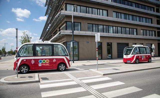 Čeprav gre za samovozeča avtobusa, bo vedno prisoten operater, ki bo s krmilno palico v roki nadziral delovanje avtobusa in po potrebi tudi posredoval. FOTO: Manfred Helmer/Wiener Linien