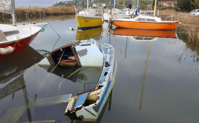 Za odstranitev potopljenih in zapuščenih bark v kanalu Jernej pri sečoveljskih solinah imajo lastniki poldrugi mesec dni časa. Foto Boris Šuligoj