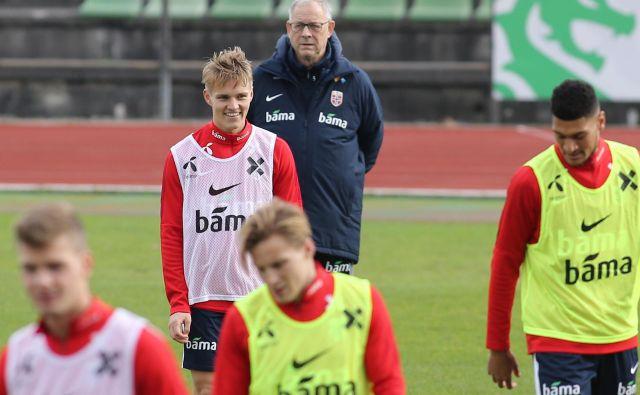Med izbranci Larsa Lagerbäck je tudi 19-letni Martin Ødegaard (na fotografiji pred selektorjem), ki so ga pred leti razglasili za čudežnega otroka, zaradi česar ga je kupil tudi Real Madrid. FOTO: Tomi Lombar/Delo
