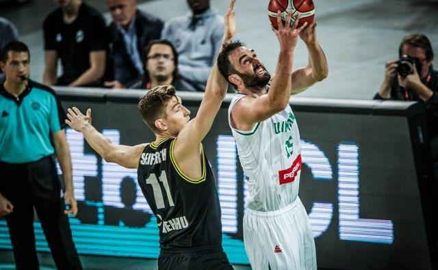 Mirza Begić je bil edino Olimpijino orožje tik pod obročema. FOTO: FIBA
