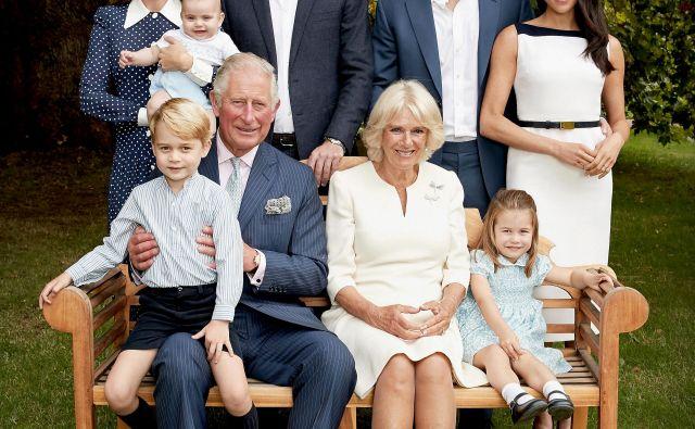 Britanska kraljeva hiša je ob jubileju princa Charlesa objavila družinsko fotografijo, na kateri so: Charles in njegova Camilla, princ Willliam s Catherine in otroci, prinčkom Georgejem, princesko Charlotte in malim Louisom, princ Harry in nosečo Meghan. FOTO: Reuters