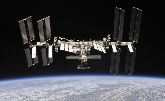 Ruska vesoljska agencija Roscosmos je objavila nove fotografije ISS. Posnela jih je ekipa sojuza: Rus Oleg Artemjev in Nasina astronavta Andrew Feustel in Richard Arnolg. FOTO: Roscosmos/ Nasa