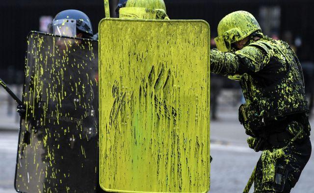 Policisti proti protestnikom, Elizejske poljane.<br /> FOTO AFP