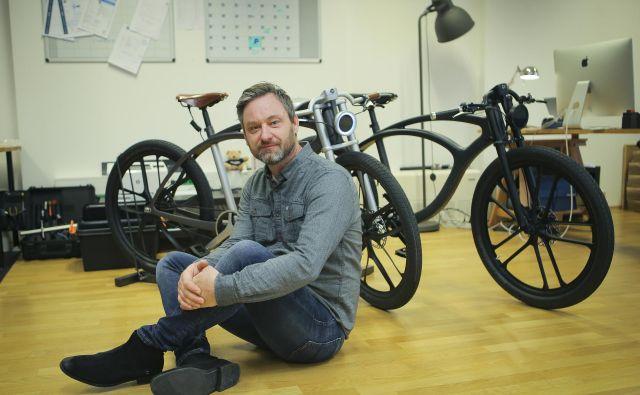 Za električna mestna kolesa, ki predvajajo glasbo in merijo čistost zraka, se je navdušil švicarski Aston Martin. FOTO: Jože Suhadolnik