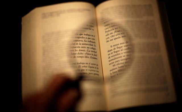Vse raziskave branja so dale enak rezultat: kadar gre za zahtevnejša (predvsem neleposlovna) besedila, je razumevanje boljše, če besedilo beremo s papirja namesto z zaslona. Ta razlika v korist papirja se je še dodatno povečala pri branju v stresu oziroma pod časovnim pritiskom. FOTO: Reuters
