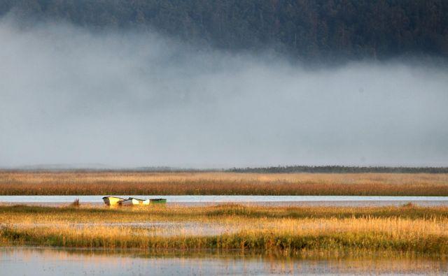 Meditativno vzdušje ob Cerkniškem presihajočem jezeru. FOTO: Ljubo Vukelič/Delo