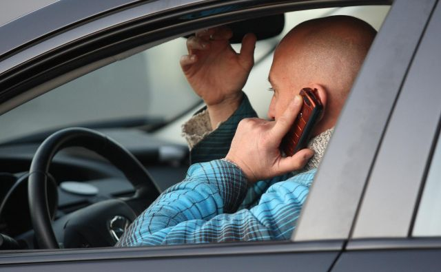 Telefoniranje bo cenejše, a med vožnjo ostaja enako nevarno. FOTO: Delo