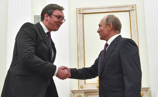 Aleksandar Vučić se je nazadnje rokoval z Vladimirjem Putinom oktobra v Kremlju. FOTO: Yuri Kadobnov/AP