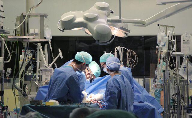 Ker zdravstvena politika ni pravi čas odreagirala na daljšanje čakalnih dob, so se bolniki nakopičili. FOTO: Leon Vidic