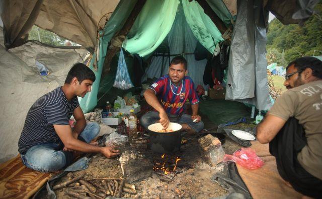 Pakistanski migranti v improviziranem kampu na obrobju Velike Kladuše Foto Jure Eržen