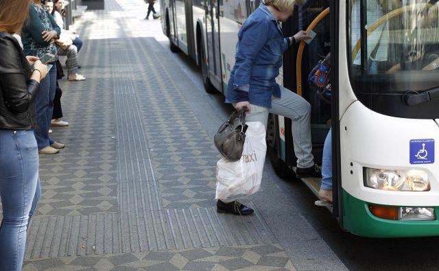 Če bi potniki krajše razdalje prehodili, namesto da se vozijo, bi bila gneča na avtobusih manjša. FOTO: Leon Vidic/Delo