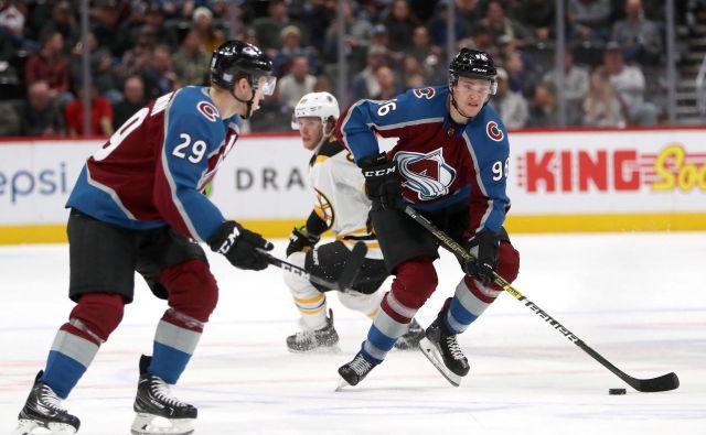 Finski hokejski zvezdnik Mikko Rantanen (desno) se je utrdil na vrhu lestvice strelcev v NHL. FOTO: AFP