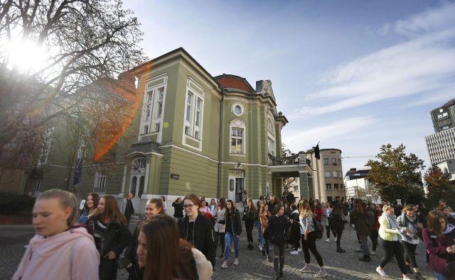 Več kot sto let stara stavba ljubljanske Drame kaže znake razpadanja, saj že desetletja čaka na celovito prenovo. FOTOGRAFIJE: Leon Vidic/ Delo